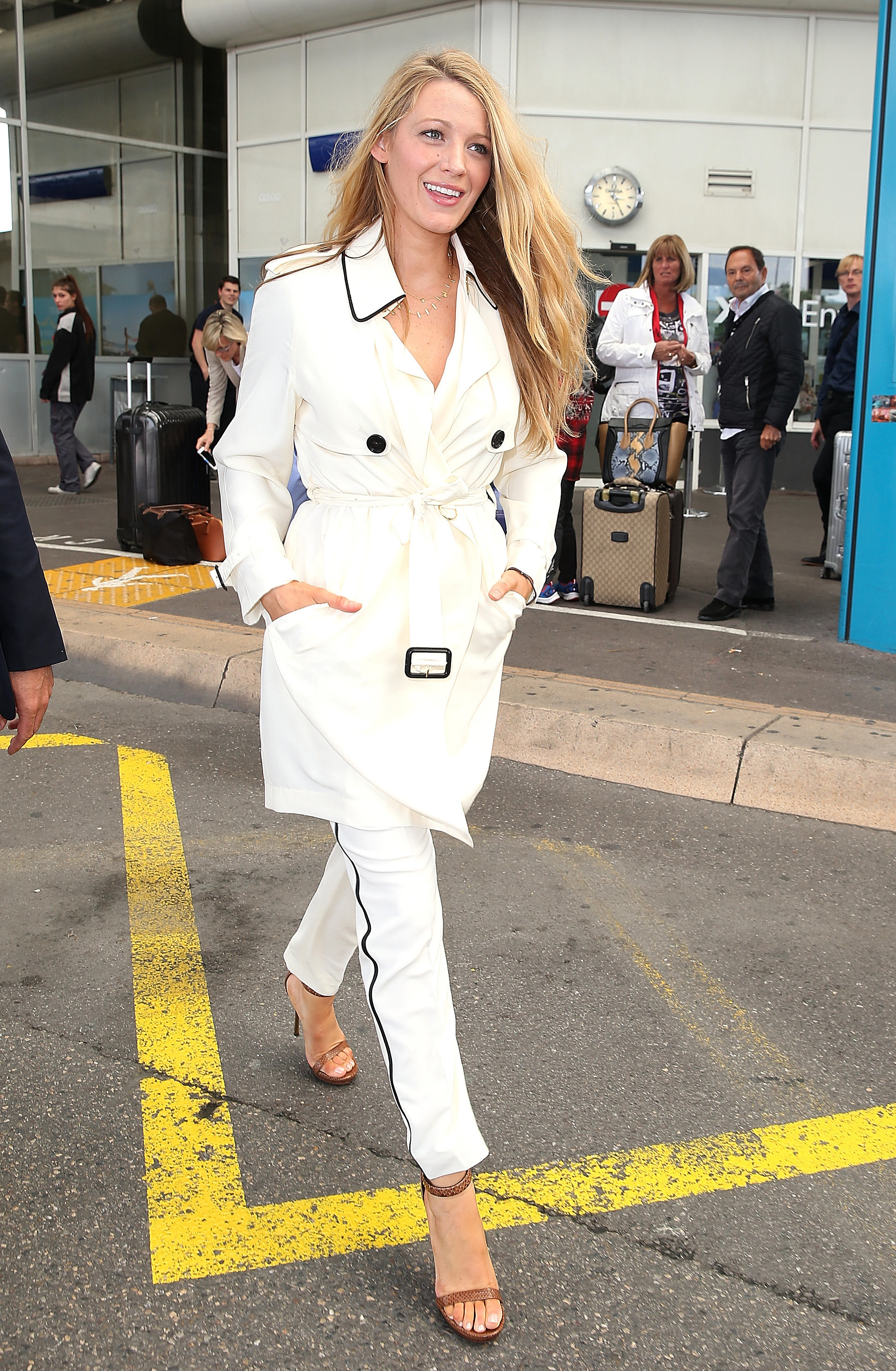Blake-Lively-All-White-Arriving-Cannes-2016-1